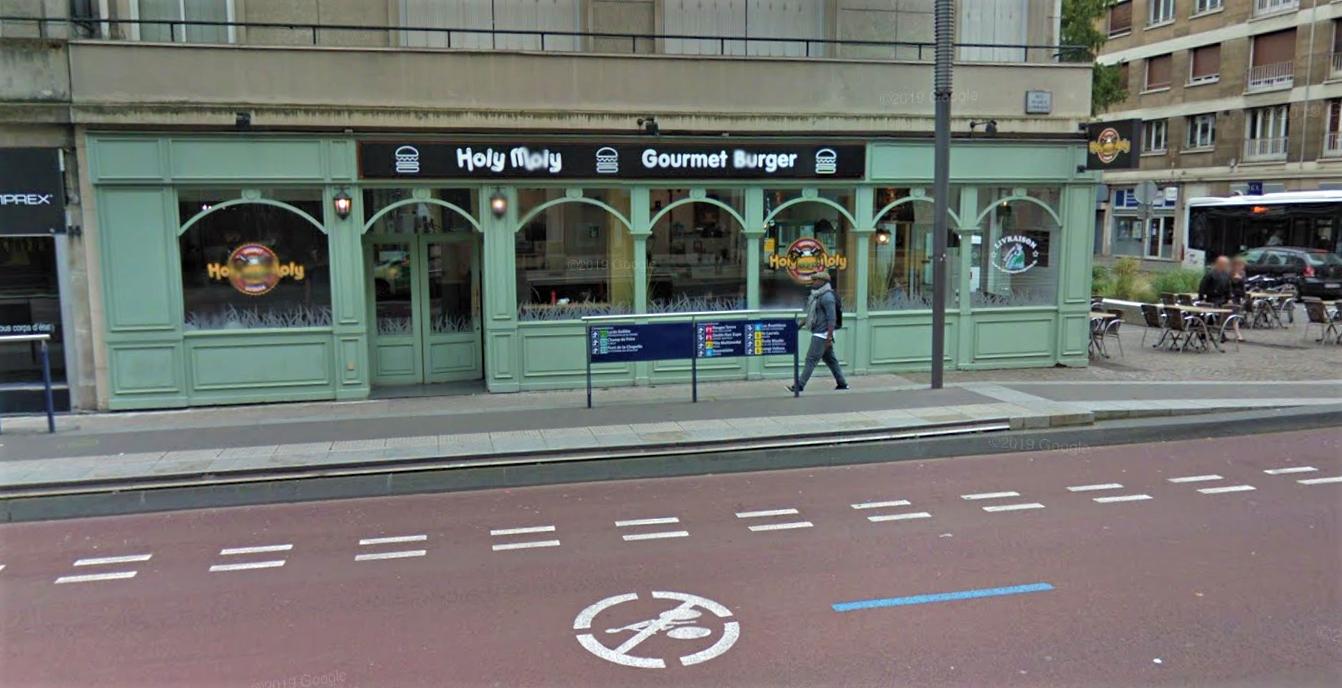 Les employés de ce restaurant ont  secouru la victime qui s'était réfugiée dans l'établissement, poursuivi par un homme armé d'un couteau - Illustration