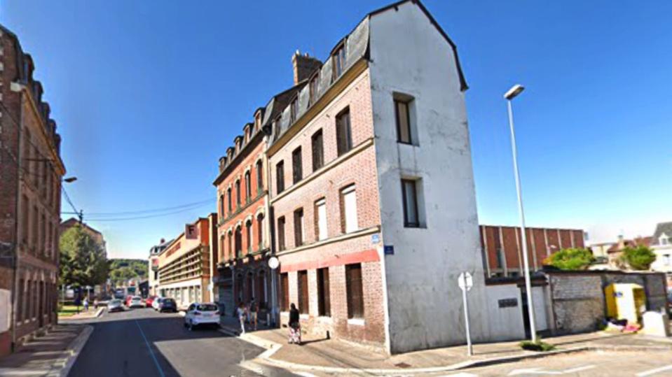 Le feu est parti d'un appartement situé dans les combles de cet immeuble situé à l'angle des rues Poussin et Léveillé - illustration @ Google Maps