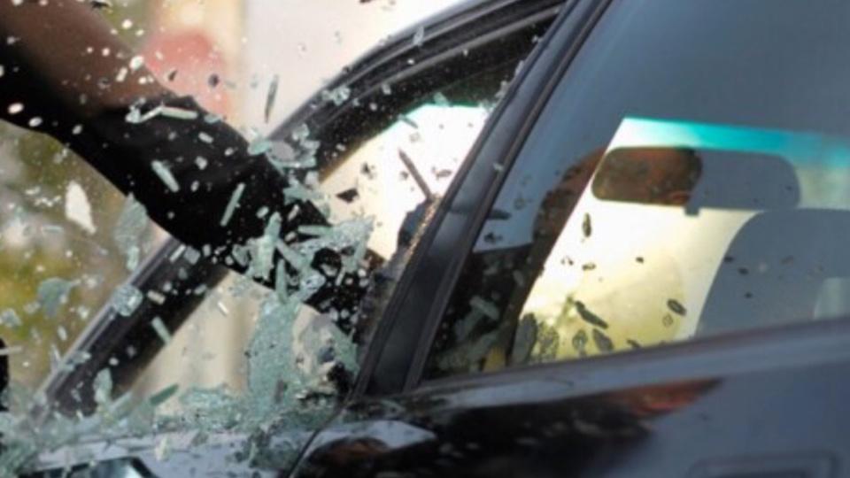 Les voleurs ont brisé les vitres à coups de pied illustration