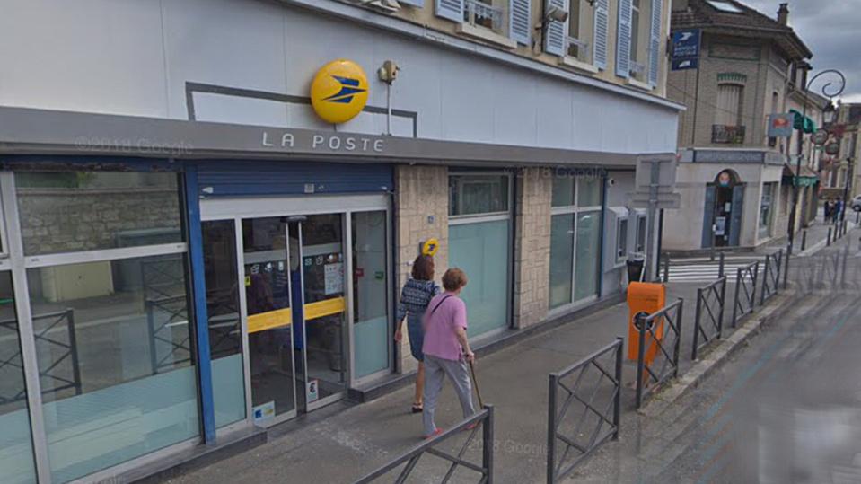 Le bureau de Poste situé dans la rue principale a été évacuée et un périmètre de sécurité a été établi - illustration