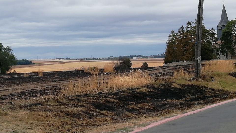 L'incendie de culture menaçait le cimetière et l'église de Civières que l'on aperçoit à droite sur la photo @J.B.
