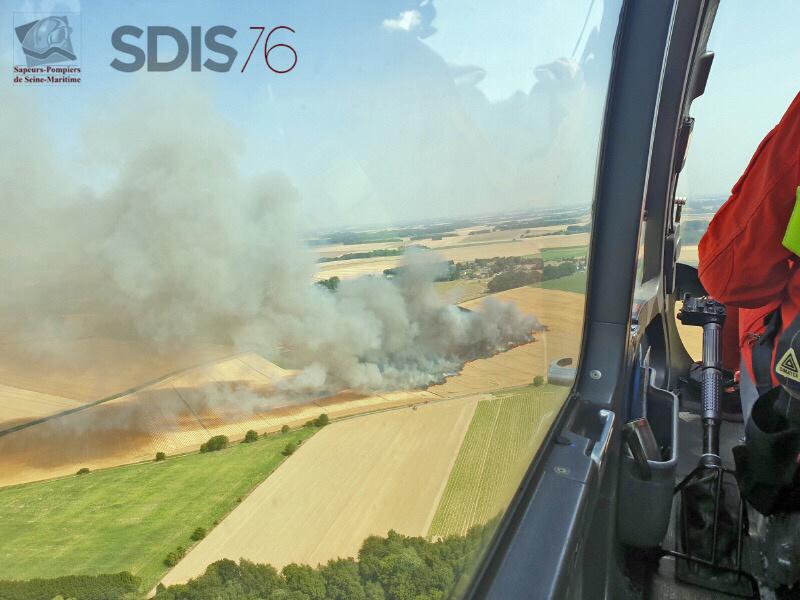 Vue arérienne de l'incendie à Montreuil-en-Caux, réalisée depuis l'hélicoptère de la sécurité civile