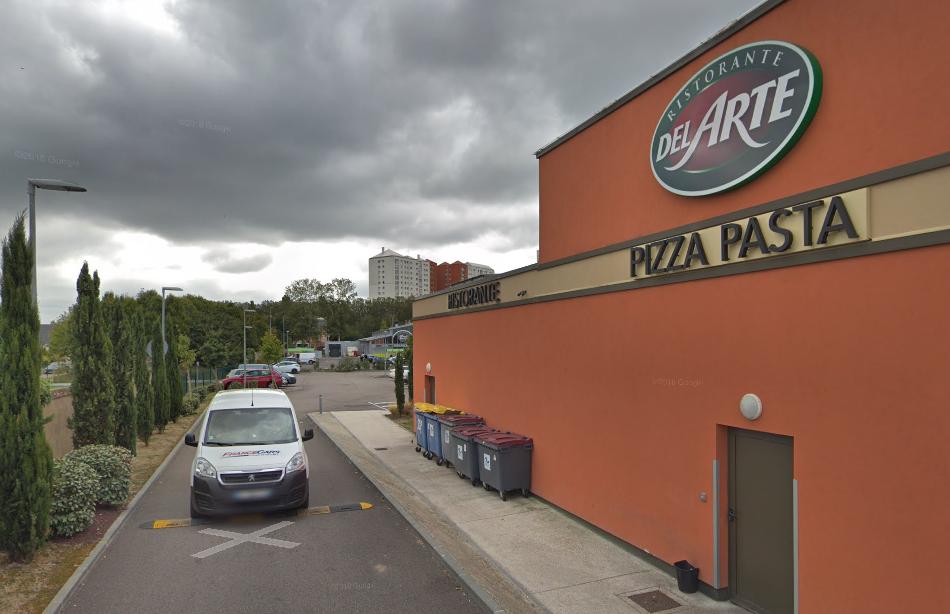 Les conteneurs poubelles en feu ont endommagé la façade du restaurant - Illustration © Google Maps