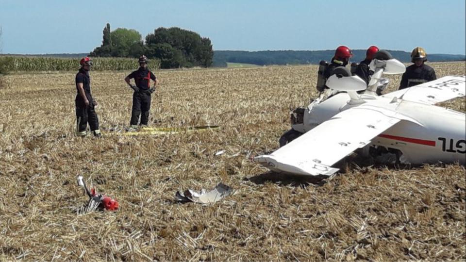 Une panne de moteur a contraint le pilote à faire un atterrissage d'urgence dans ce champ - Photo @ DDSP78