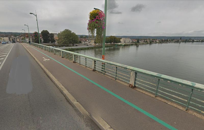 Le témoin a déclaré avoir vu un homme se jeter du pont peu avant 22h30, hier soir - Illustration © Google Maps