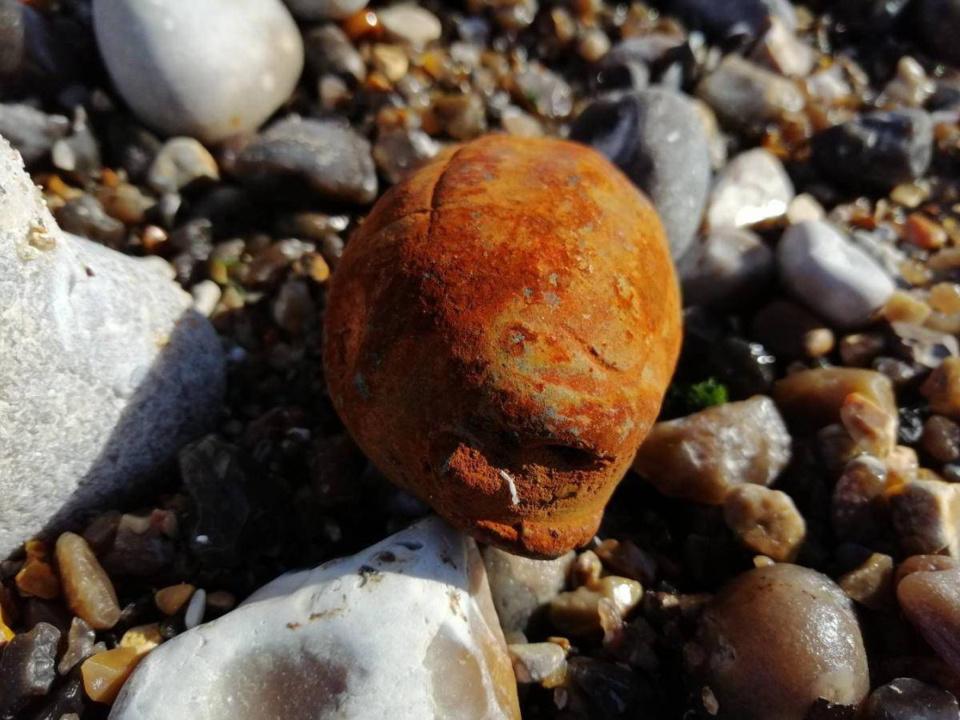 La grenade à main a été découverte en fin d'après-midi sur la plage de Pourville-sur-Mer - Photo @ Marine nationale