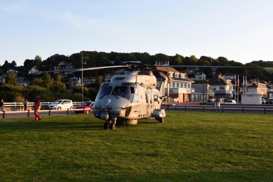 L'hélicoptère Caïman de la Marine a déposé l'équipe des plongeurs démineurs près de la plage - Photo @ Marine nationale