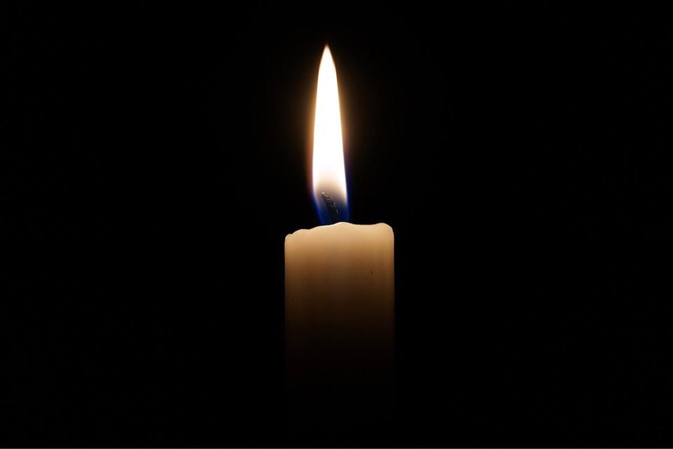 En se consumant, la bougie a mis le feu à la table basse en bois - Illustration - Pixabay