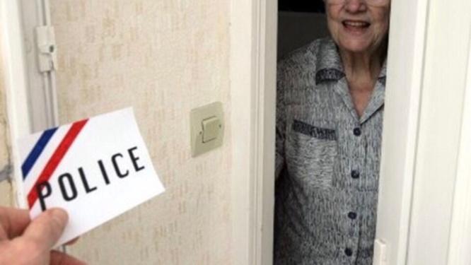 Les deux usurpateurs ont présenté une fausse carte de police pour gagner la confiance des retraités - Illustration