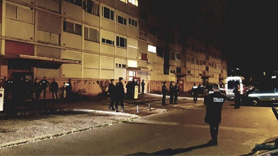 Les forces de l'ordre, soit 120 policiers et gendarmes, ont pris position devant l'immeuble, rue Daniel Sorano, dès 6h30 ce lundi matin - Photo © DR