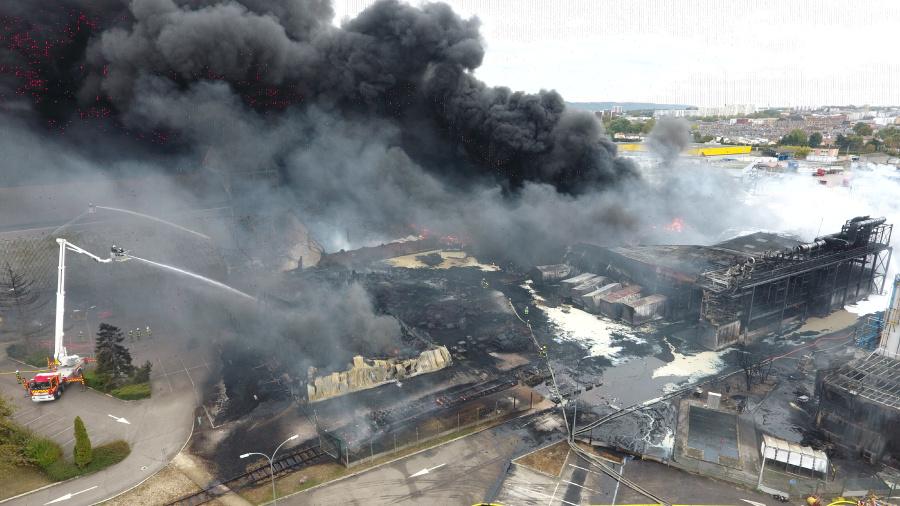 Le feu serait parti de l'extérieur du site, selon la direction de l'usine Lubrizol qui a déposé plainte contre X - Photo © Sdis76
