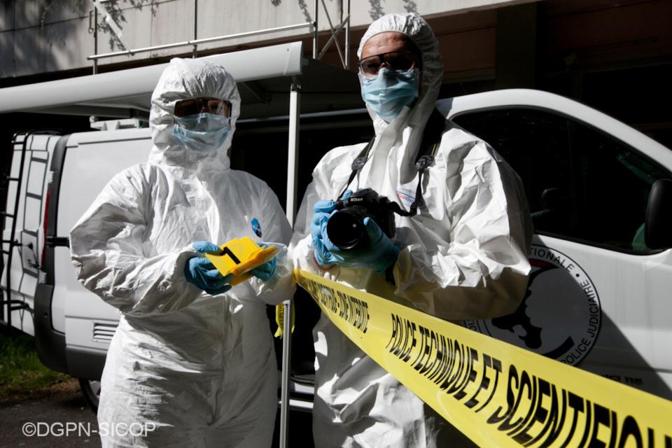 Des investigations de police technique et scientifique étaient en cours ce mardi matin rue de Montval où la victime a été découverte - illustration © DGPN