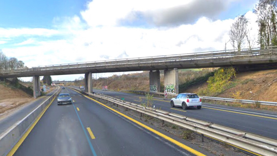Les travaux réalisés concernent la dépose du coffrage du tablier du pont de la RD675 qui enjambe l'A13 à Cresseveuille