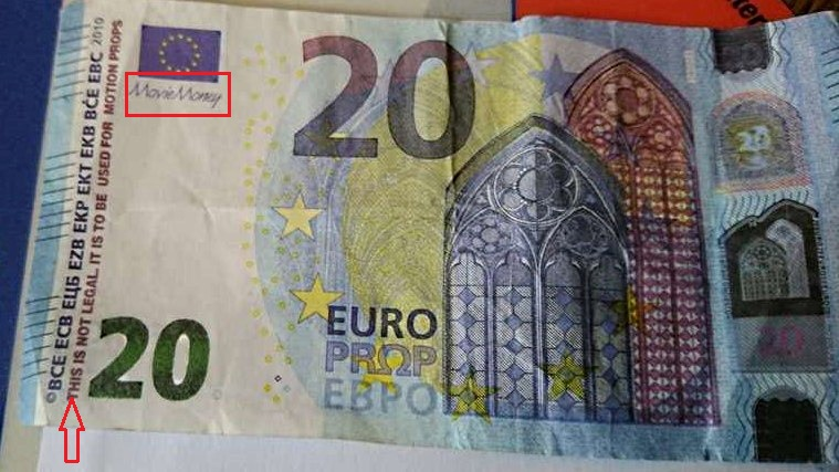 "Deux annotations permettent de déceler le faux billet : la mention ""movie money"" sous le drapeau européen et l'inscription en anglais (à la verticale) : This is not legal, it is to be used for motion props  - Illustration"