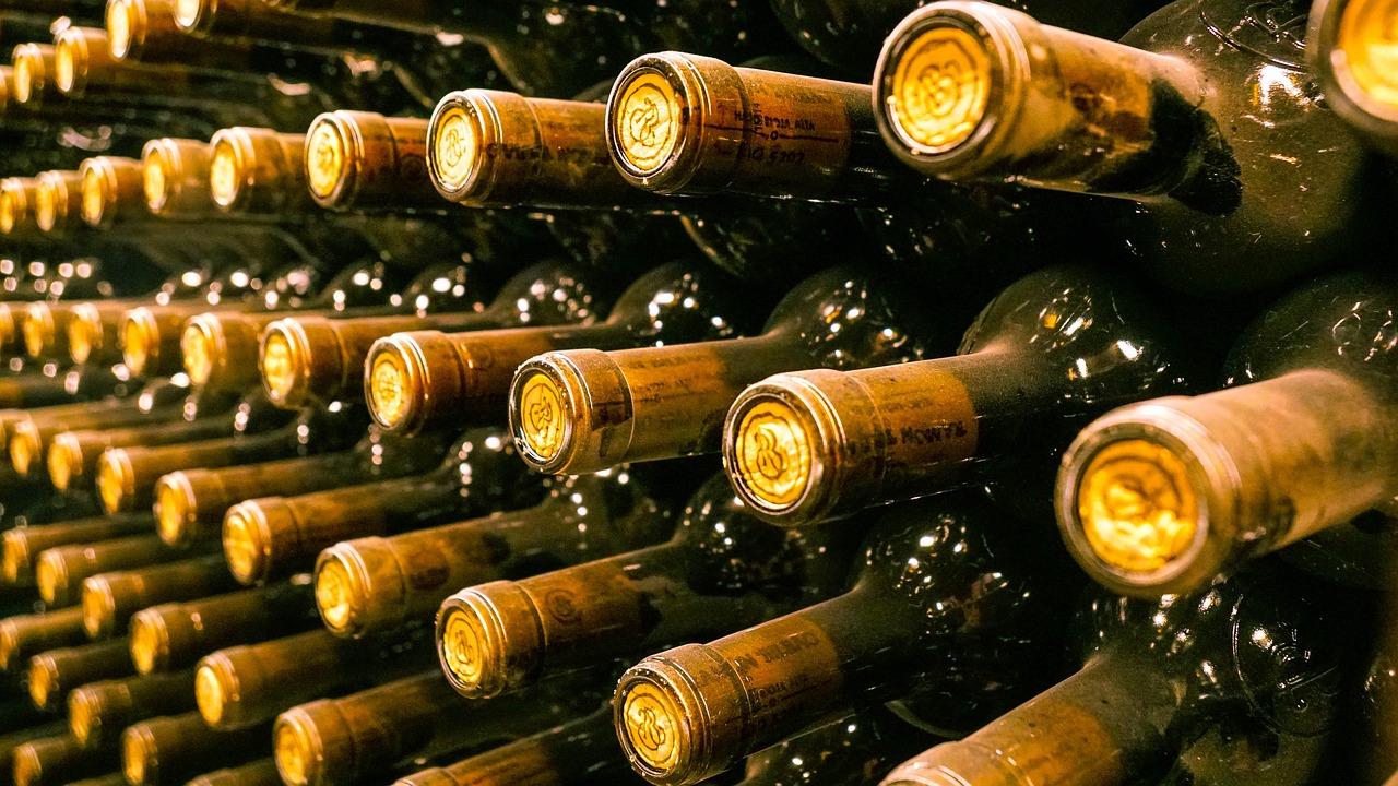 Un peu moins de la moitié des 900 bouteilles dérobées a été retrouvée à trois endroits différents - Illustration © Pixabay
