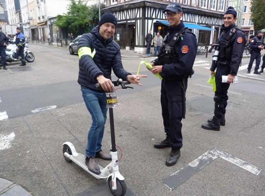 Les policiers ont distribué des flyers destinés à sensibiliser les usagers - photo @ DDSP76