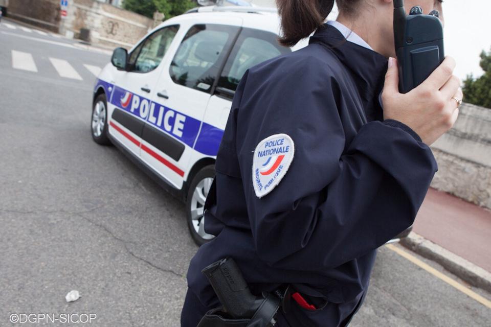 L'attention des policiers a été attirée par ces jeunes qui poussaient un scooter - illustration