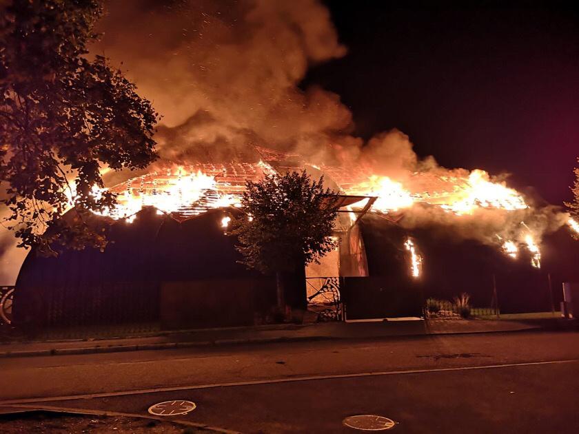 Deux départs de feu ont été constatés à l'intérieur du chapiteau dévasté par les flammes - photo @CatherineArenou/Twitter