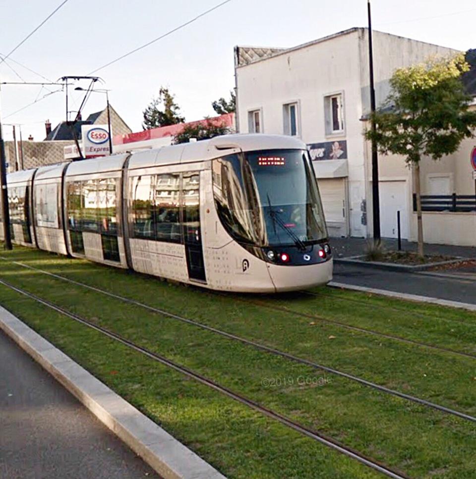 La femme a chuté au moment où survenait un tram avenue du Bois au Coq - illustration