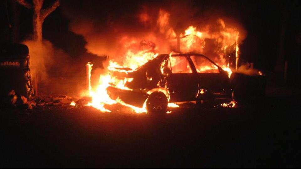 La voiture était embrasée et le feu s'était propagé à un appenti à l'arrivée des sapeurs-pompiers - Illustration