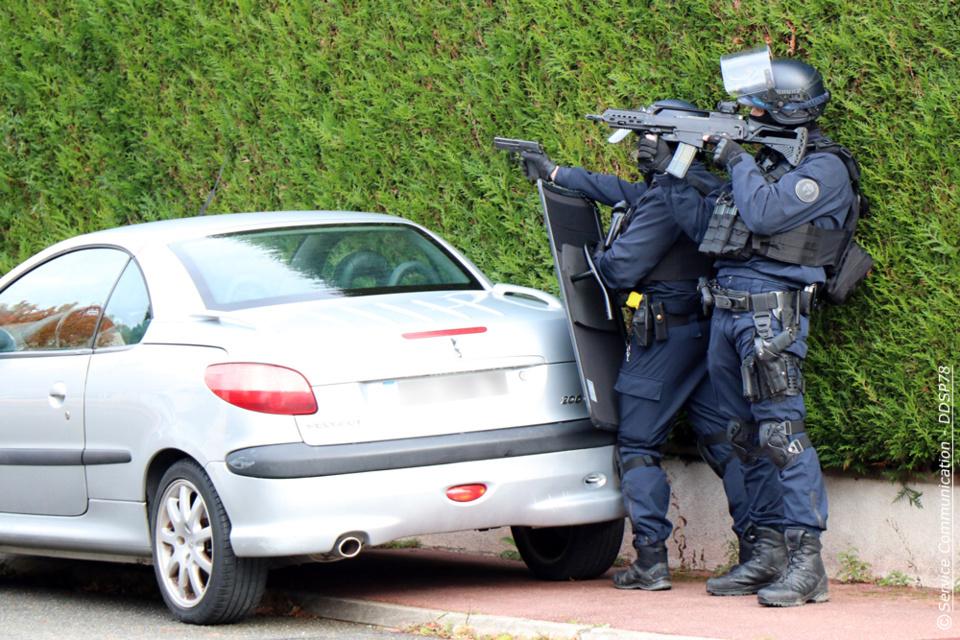 Les policiers, puissamment armés, ont pris position autour de la maison après avoir bouclé le quartier - Photo © DDSP78