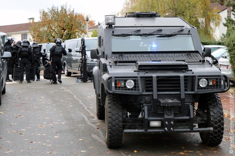 De gros moyens ont été déployés par le RAID, sachant que l'homme était potentiellement armé - Photo © DDSP78