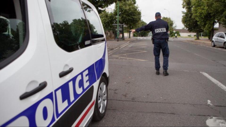 Sans permis de conduire, le jeune a tenté de foncer sur les policiers qui voulaient le contrôler - illustration