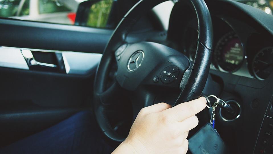 Le chauffeur a été extirpé de sa voiture après avoir été menacé par quatre individus armés - illustration @ Pixabay