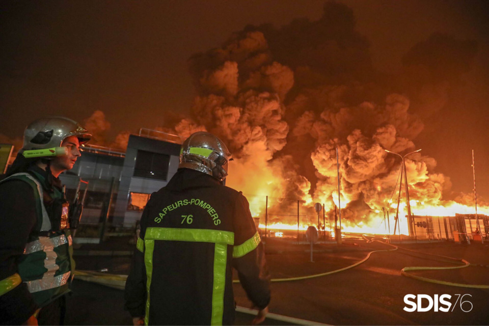 Le panache de fumées de l'incendie de l'usine rouennaise a eu des effets sur le commerce local de 112 communes - photo @ Sdis76