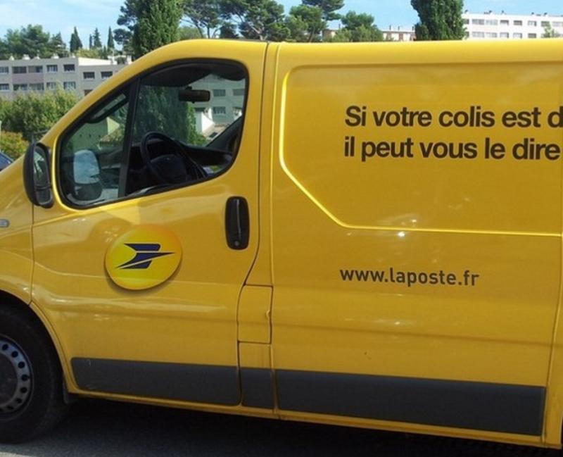 La camionnette de la Poste dérobée près du magasin Leroy Merlin, dans la zone commerciale, avenue du Béarn a été retrouvée dans un autre quartier de Buchelay - Illustration ©LaPoste