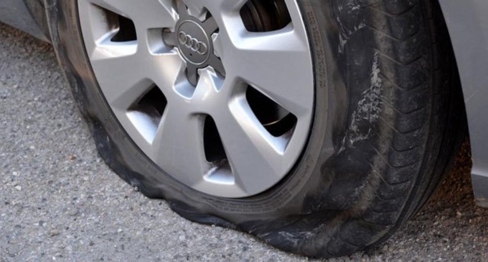 Les pneus ont été lacérés avec un couteau - illustra