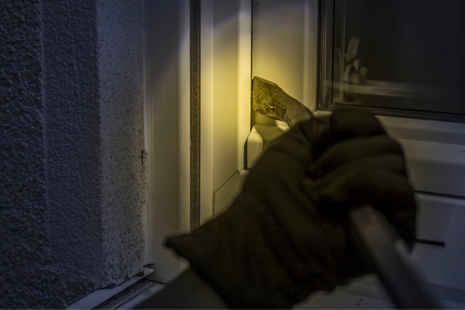 L'individu a fracturé la porte de la véranda pour s'introduire dans la maison - Illustration @ Pixabay