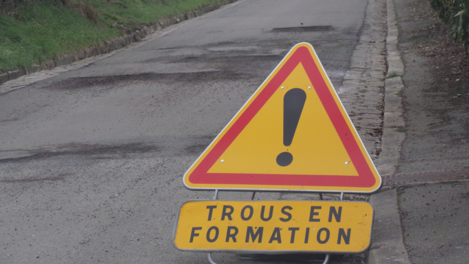Trou géant dans le pays de Caux : périmètre de sécurité, maisons évacuées et route fermée