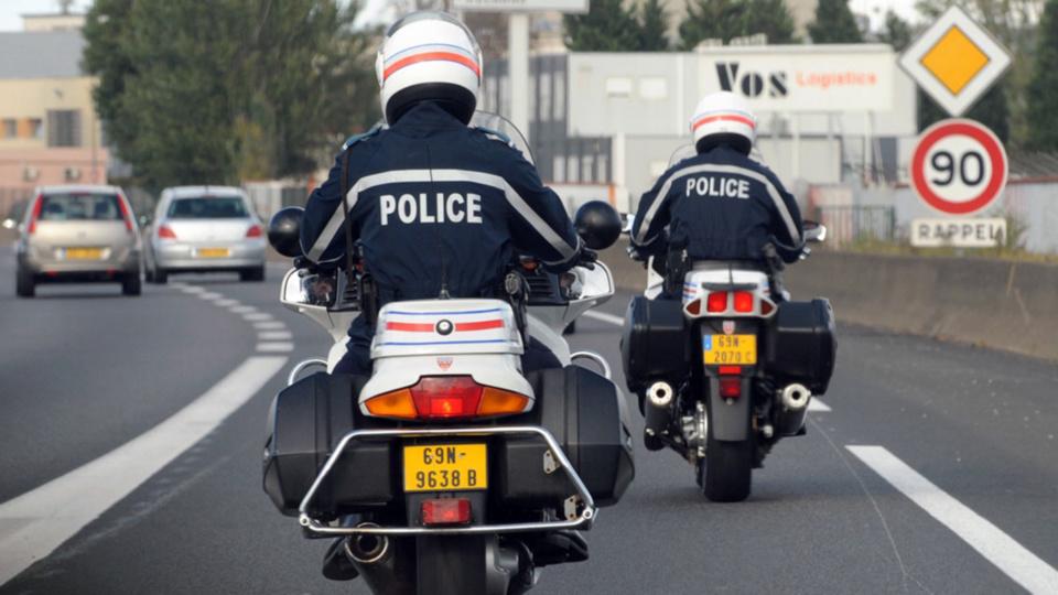 L'automobiliste qui venait de commettre des infractions a été repéré par deux motards de la Police nationale - illustration © DDSP76