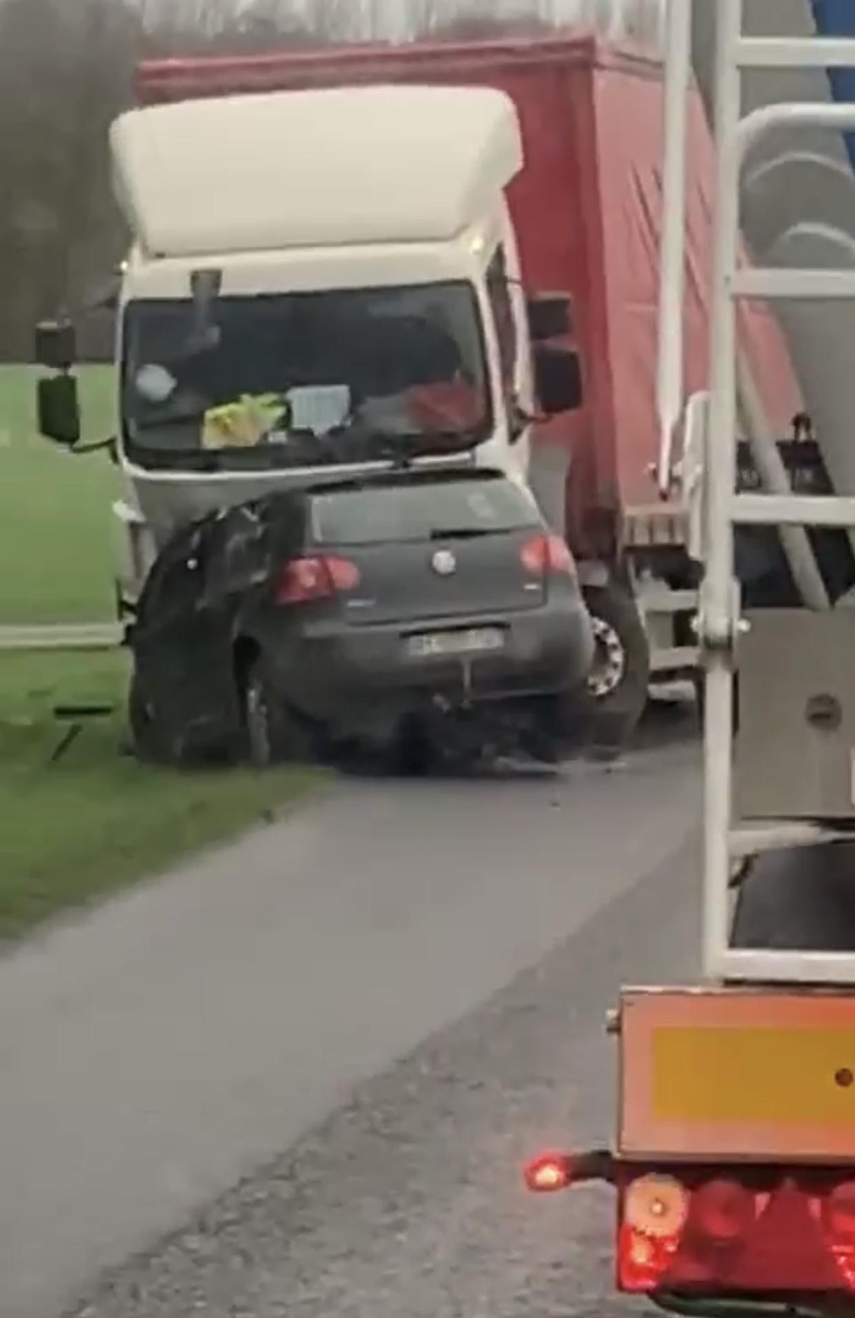 La voiture se serait déportée sur la gauche à la sortie d'un virage au moment où survenait un camion - Photo © A.O pour infoNormandie