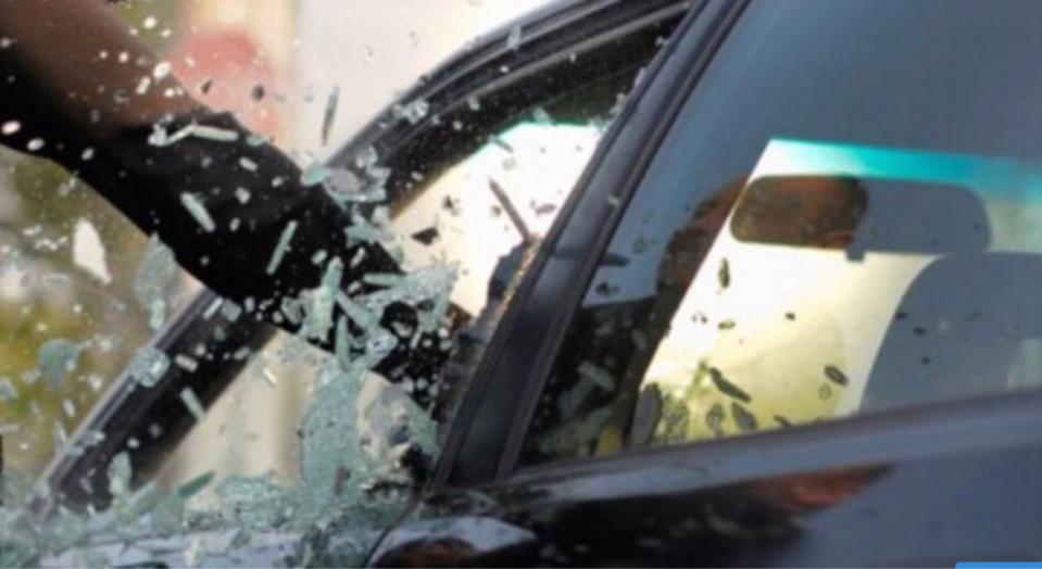 Les vitres de plusieurs voitures ont été brisées - Illustration
