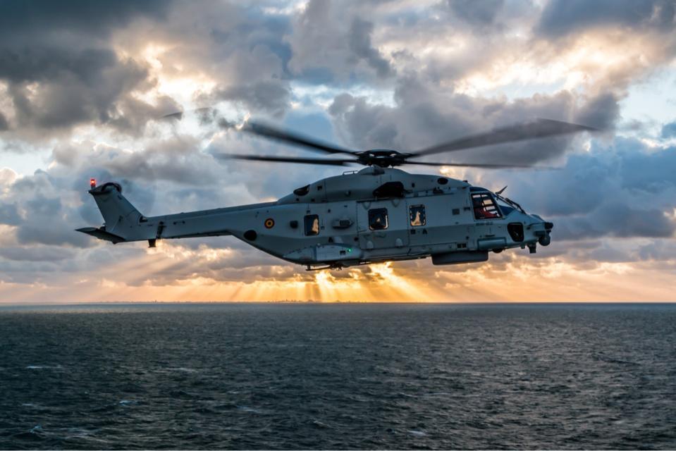L'hélicoptère Caïman de l'armée de l'air belge a participé aux recherches qui ont été interrompues mardi à 23h20 par la préfecture maritime - Illustration @ Belgian Air Force / Twitter