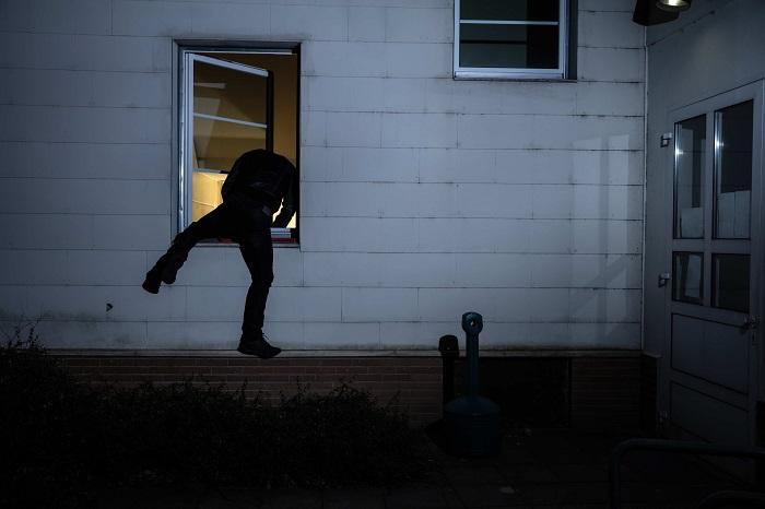 Le cambrioleur s'est introduit à l'intérieur par la fenêtre - Illustration © iStockphoto