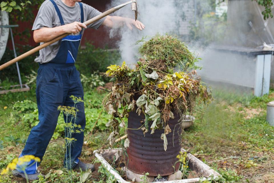 Le brûlage des déchets verts à l'air libre est totalement interdit dans le département - Illustration © iStockphoto