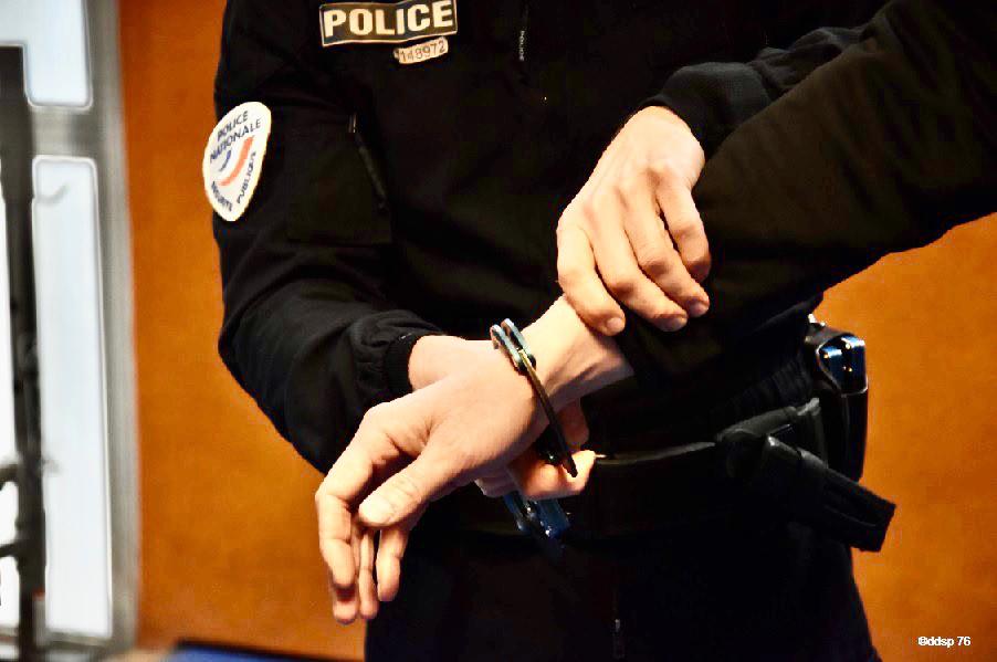 Le quadragénaire a été interpellé pour violences volontaires aggravées - Illustration © DDSP76