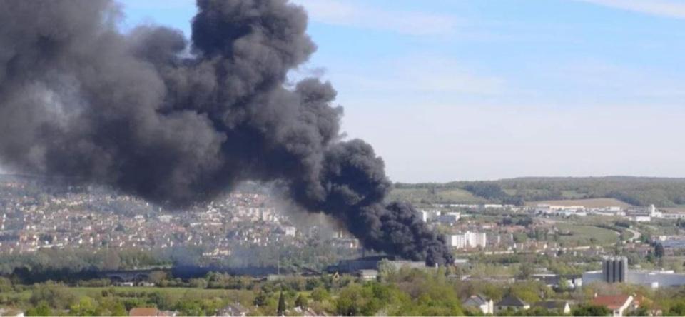 Le panache de fumée était visible à plusieurs kilomètres à la ronde - photo d'un lecteur