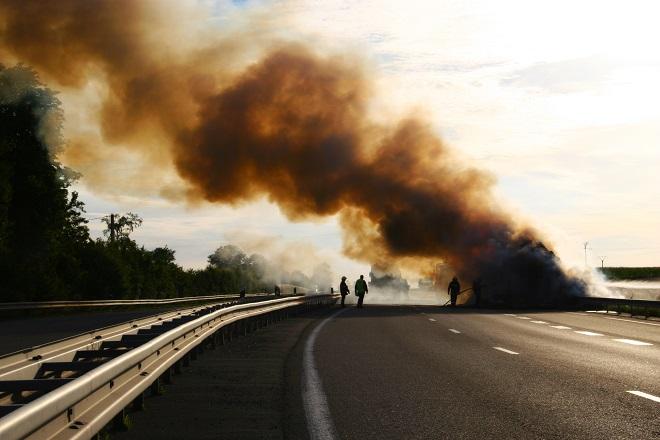 Le poids lourd était embrasé à l'arrivée des sapeurs-pompiers - Illustration ®AdobeStock