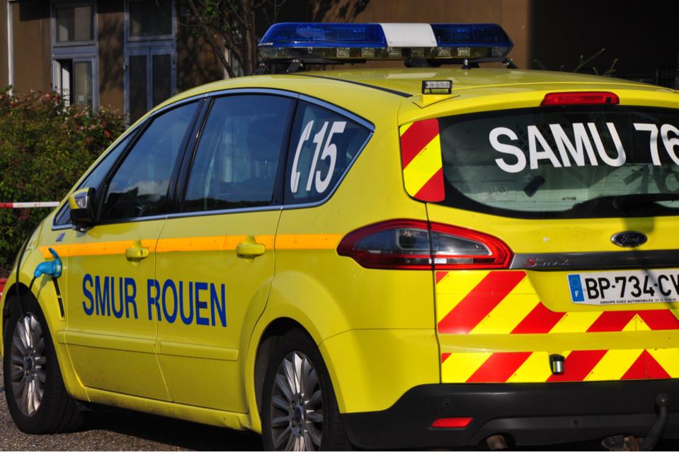 La motarde a reçu les premiers soins d'urgence par les sapeurs-pompiers et une équipe du SAMU avant d'être évacuée vers le CHU de Rouen - Illustration © infoNormandie