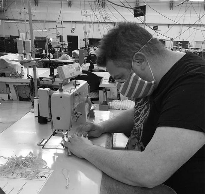 Reconversion réussie pour les Tricots Saint James dont les salariés fabriquent des masques en tissu dans le cadre de la crise sanitaire - photo @Saint James