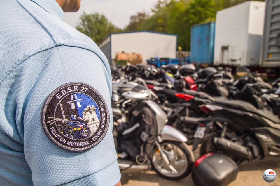 Les gendarmes vont devoir identifier chacun des propriétaires de ces motos - Photo ©️ Gendarmerie de l'Eure/Facebook
