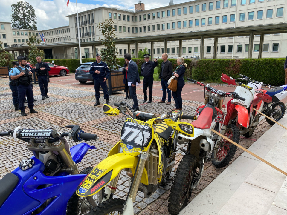 Quelques-unes des motos saisies par les forces de l'ordre ont été exposées devant la préfecture de l'Eure - Photo © infoNormandie