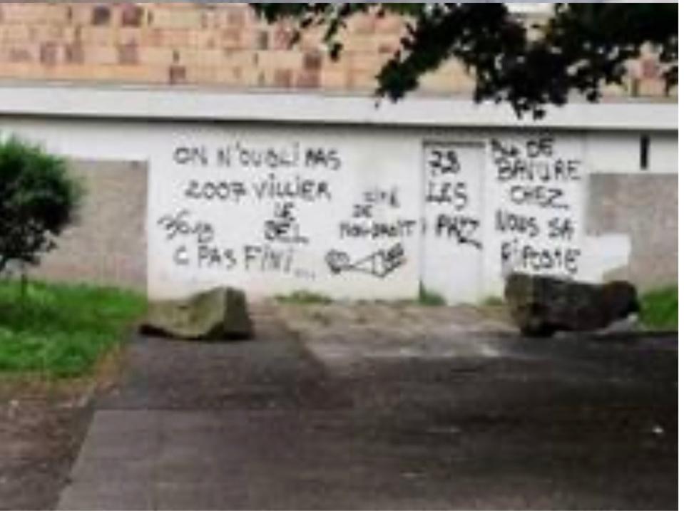 Rue Chaptal,  les inscriptions font référence à des événements qui sont survenus en novembre 2007 à Villiers-le-Bel, dans le Val-d'Oise  - Photo © DR