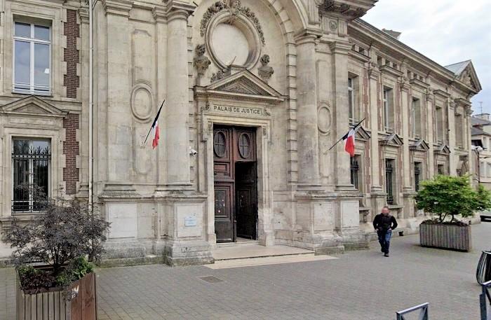 Le sac de sport a été découvert abandonné dans un des bacs à fleurs près de l'entrée du tribunal - Illustration © Google Maps