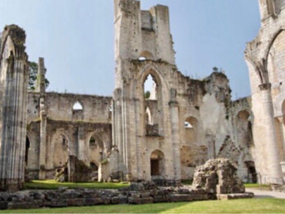 Le port du masque est obligatoire pour les visiteurs de l'abbaye de Jumièges dont les grilles viennent de rouvrir  - Photo @ DR