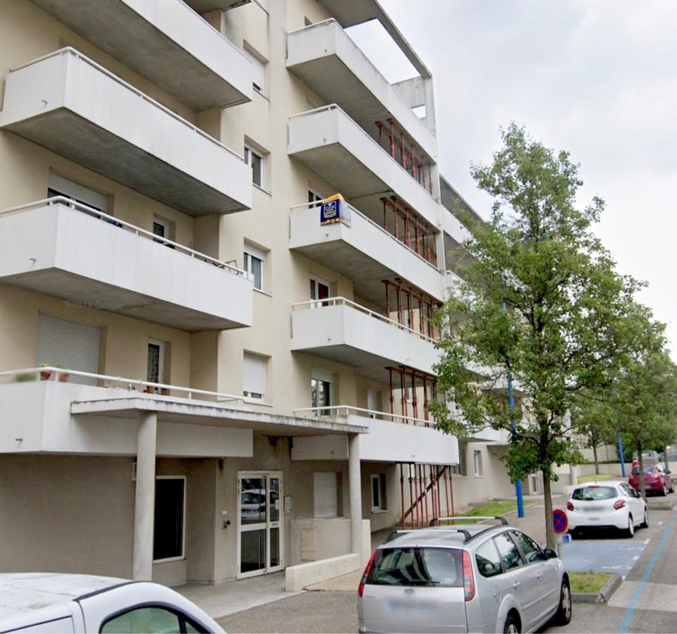 La jeune fille a chuté du troisième étage de cet immeuble de la rue du Madrillet - illustration @ Google Maps